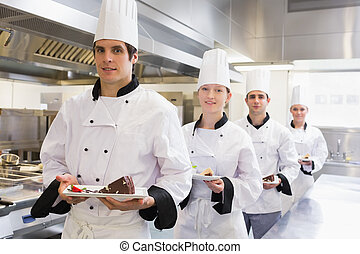 cozinheiro, equipe, trazer, sobremesa