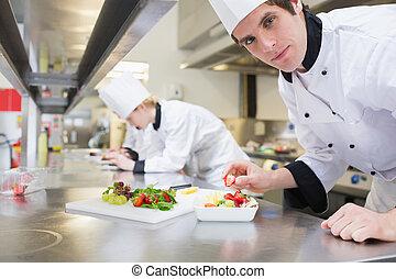 salada, cozinheiro, moranguinho, fruta, pôr, homem