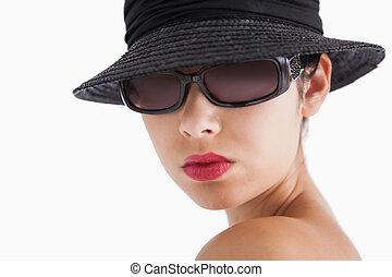 mujer, Llevando, sol, anteojos, sombrero