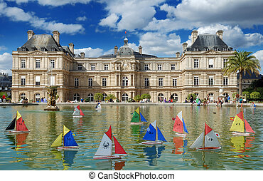 Fountain. - Children's ships in fountain near to Luxembourg...