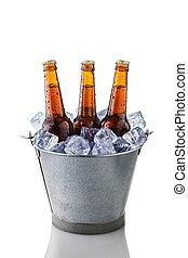 Cerveja, garrafas, balde, gelo