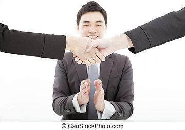 homem negócios, aplaudindo,  Handshaking, contra, mãos