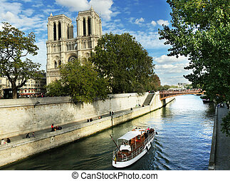 Boat trip on the Seine to Notre Dame