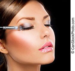 maquiagem, aplicando, olho, sombra, escova