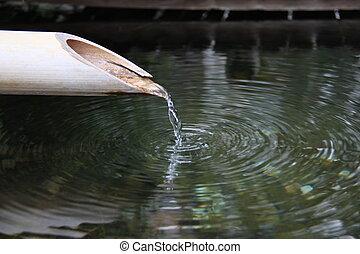 Fontaine zen - Un filet deau se diverse dans une fontaine...