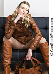 mujer, Llevando, marrón, chaqueta, botas, Sentado,...