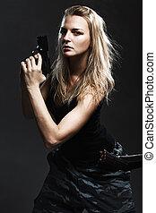 excitado, mulher, segurando, arma, cinzento