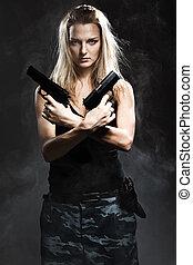 excitado, mulher, segurando, arma, fumaça