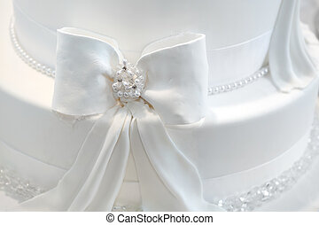 Wedding cake detail - a ribbon with pearls