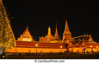 Wat Phra Kaew at night Temple of the Emerald Buddha in...