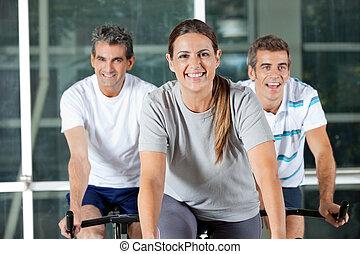 hombres, y, mujer, en, ejercicio, bicicletas