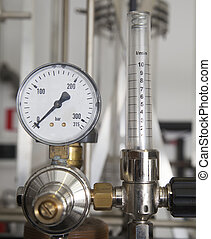 Industrial pressure manometer with flow measurement tube