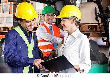 supervisor, el comunicarse, con, capataz, en, almacén