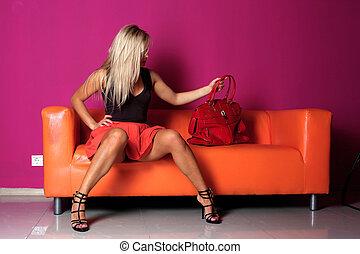 mulher, sentada, sofá, vermelho, saco