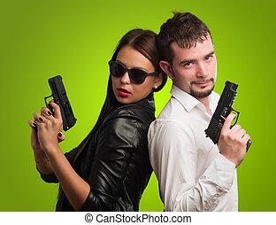 jovem, par, segurando, arma