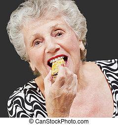 retrato, mujer, comida, granola, barra