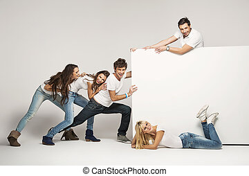 joven, gente, Empujar, blanco, tabla