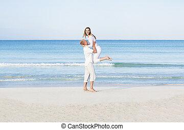 verliebtes junges paar im sommer am strand haben spa