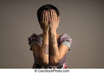 mulher, tatuagem, braços