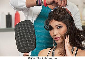 mujer, Mirar, pelo, estilista, trabajo