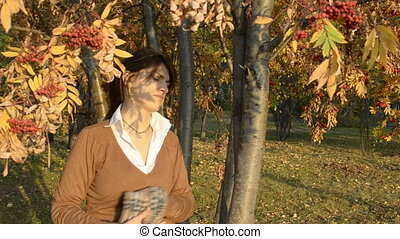 The young woman freezes in autumn