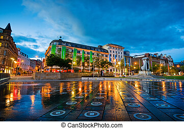 piccadilly square manchester - Piccadilly gardens in a city...
