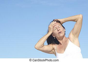 mujer, retrato, menopausia, dolor de cabeza