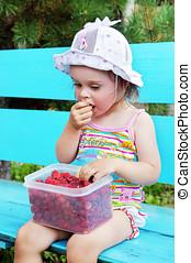 Mały, dziewczyna, jedzenie, malina