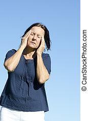 cansado, maduras, mulher, dor de cabeça, azul, fundo