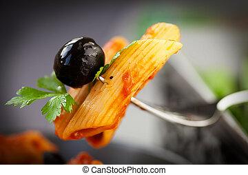 nudelgerichte, fleischtomaten, Oliven