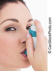Feliz, mulher, usando, asma, inalador