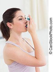 morena, usando, asma, inalador