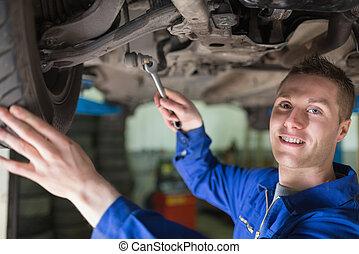 retrato, coche, mecánico, trabajando, debajo