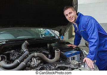 gorra, coche, mecánico, trabajando, debajo