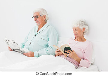 Couple reading in bed - Old couple reading in bed