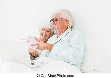 usando, par,  laptop, cama, Feliz