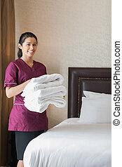 sorrindo, hotel, empregada, segurando, Toalhas