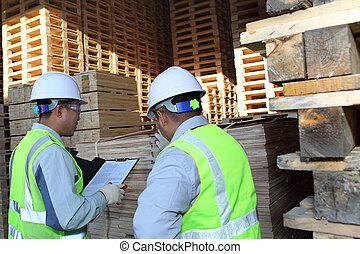 dois, Trabalhadores, falando, ao lado, empilhando, pallet