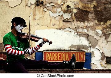 Mimo en medio del caos de Tegucigal - Un mimo toca su viol?n...