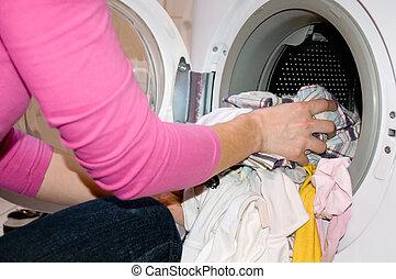 mulher, enchimento, lavando, máquina