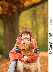 Menino, cão, Abraçando