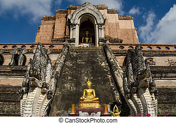 Buddha statue, Wat Chedi Luang - Head on view of the ruined...