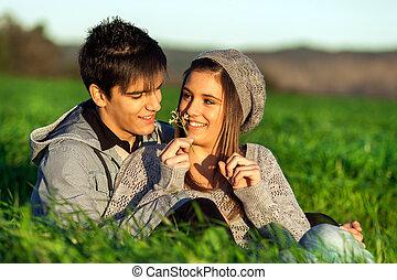 menina, mostrando, flor, namorado, Ao ar livre