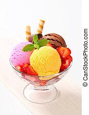 hielo, crema, helado con frutas y nueces