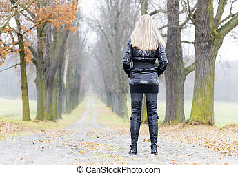 Llevando, mujer, Otoñal, callejón, negro, botas, ropa