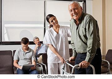 enfermeira, ajudando, Sênior, paciente, com,...