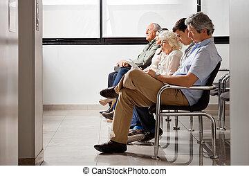 gente, esperar, para, doctor, en, hospital, vestíbulo