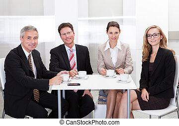 negócio, executivos, desfrutando, café