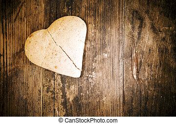 cassé, coeur, gâteau, bois, table