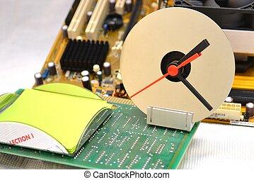 Uhr im Buero - Uhr mit Notizblock auf einem Motherboard im...